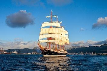 Парусник «Седов» покидает Маврикий.